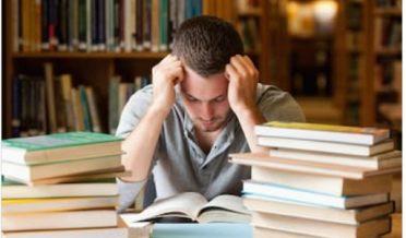 ایک پریشان طالب علم مطالعہ کتب میں مصروف