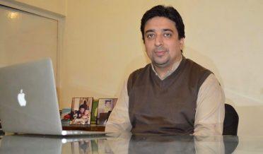 ہشام سرور، پاکستان کے کامیاب ترین فری لانسر آفس میں بیٹھے ہیں