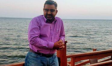 ابن فاضل، کالم نگار سمندر کے کنارے کھڑ ے ہیں