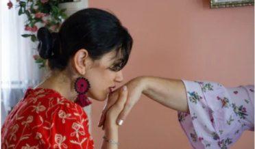 بیٹی کا ماں کے ہاتھ پر بوسہ