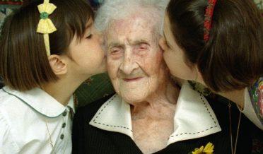 جین کالمینٹ، 121 سال خاتون کو دوبچے بوسہ دے رہے ہیں
