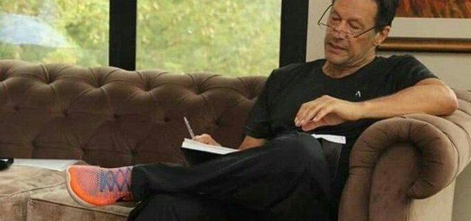 عمران خان وزیراعظم پاکستان کچھ لکھتے ہوئے