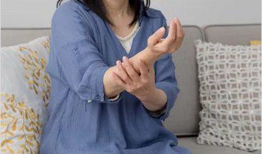 فالج کی خاتون مریضہ