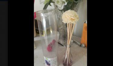 دو گل دان، میز پر