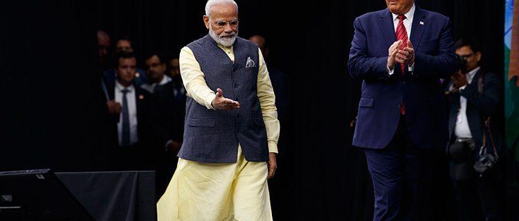 امریکا کے صدر ڈونلڈ ٹرمپ انڈیا کے وزیراعظم نریندرمودی کا استقبال کرتے ہوئے
