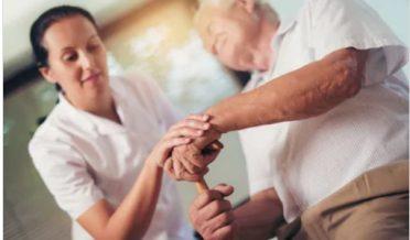 نوجوان خاتون پارکنسن کے مریض کو سہارا دیتے ہوئے