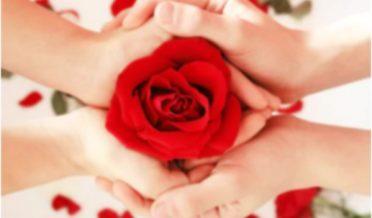محبت کرنے والے ہاتھوں میں ہاتھ ڈالے ہوئے اور گلاب