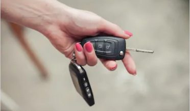 کار کی چابی خاتون کی انگلی میں