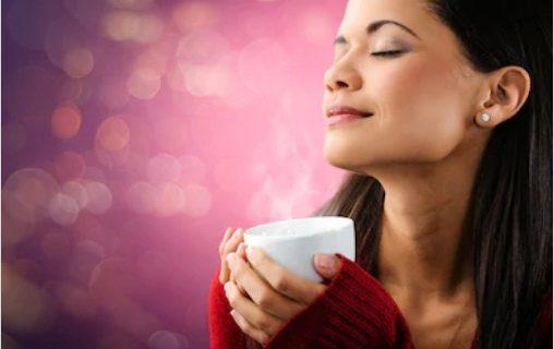 خاتون چائے پیتے ہوئے