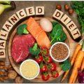 متوازن اور صحت مند خوراک لکڑی کی میز پر