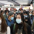 کرونا وائرس سے خوفزدہ ماسک پہنے لڑکیاں