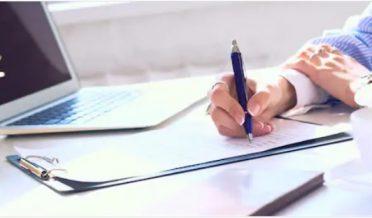 خاتون لکھتے ہوئے