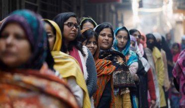 دہلی، انڈیا میں مسلمان خواتین پولنگ سٹیشن پر
