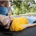 مرگی کی مریضہ لڑکی سڑک پر گری ہوئی ہے