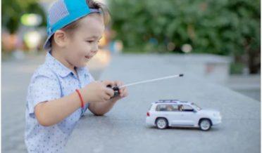 چھوٹا لڑکا ریمورٹ کار چلاتے ہوئے