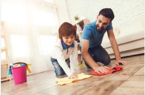 باپ، بیٹا گھر کا فرش صاف کرتے ہوئے