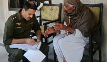 رانا عمرفاروق ، ڈی پی او جہلم ایک غریب، بزرگ خاتون کی شکایت تحریر کرتے ہوئے
