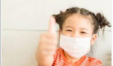 کورونا وائرس سے محتاط ایک چینی بچی ماسک پہنے ہوئے