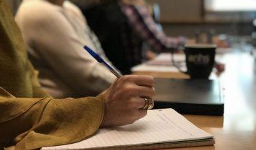 خاتون کا ہاتھ، قلم، نوٹ بک