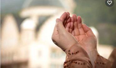 مسلمان بچی کے ہاتھ دعا مانگتے ہوئے