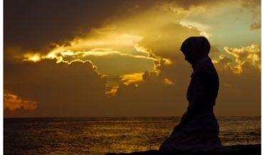 مسلمان لڑکی نماز پڑھی رہی ہے