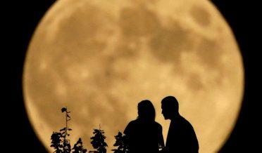 چودھویں کے چاند کے نیچے ایک جوڑا