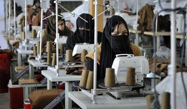 خواتین فیکٹری میں کام کرتے ہوئے