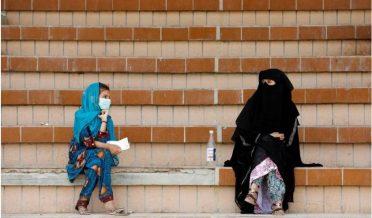 پاکستان، ایک مارکیٹ کے باہر ماں، بیٹی