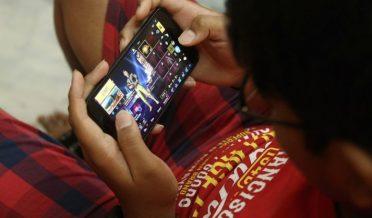لڑکا موبائل پر PUBG کھیل رہا ہے