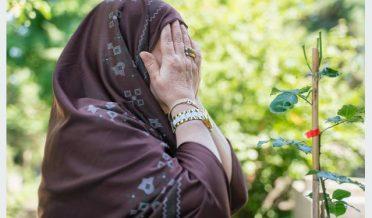مسلمان بزرگ خاتون دعا مانگنے کے بعد منہ پر ہاتھ پھیر رہی ہے
