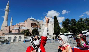 آیا صوفیہ کی باہر تین مسلمان لڑکیاں خوشی سے نعرہ زن