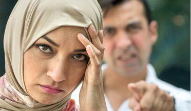 باحجاب مسلمان خاتون پر چیختا ہوا مرد