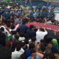 مریم نواز کی گاڑی، نیب دفتر کے باہر، پاکستان مسلم لیگ ن کے کارکنوں کے درمیان