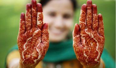 پاکستانی لڑکی ہاتھوں کو مہندی لگائے ہوئے